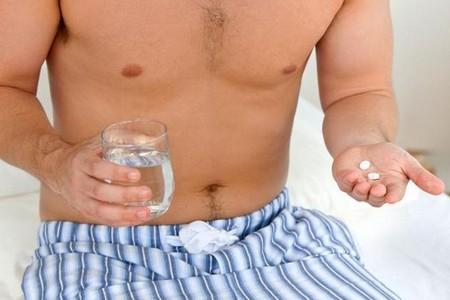 Мужчина с таблетками и стаканом воды