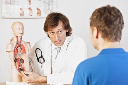 Врач консультирует поциента