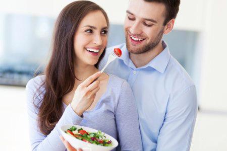 Девушка кормить мужчину