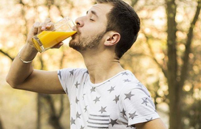 мужчина пьёт