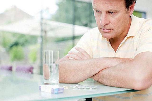 мужчина смотрит на стакан